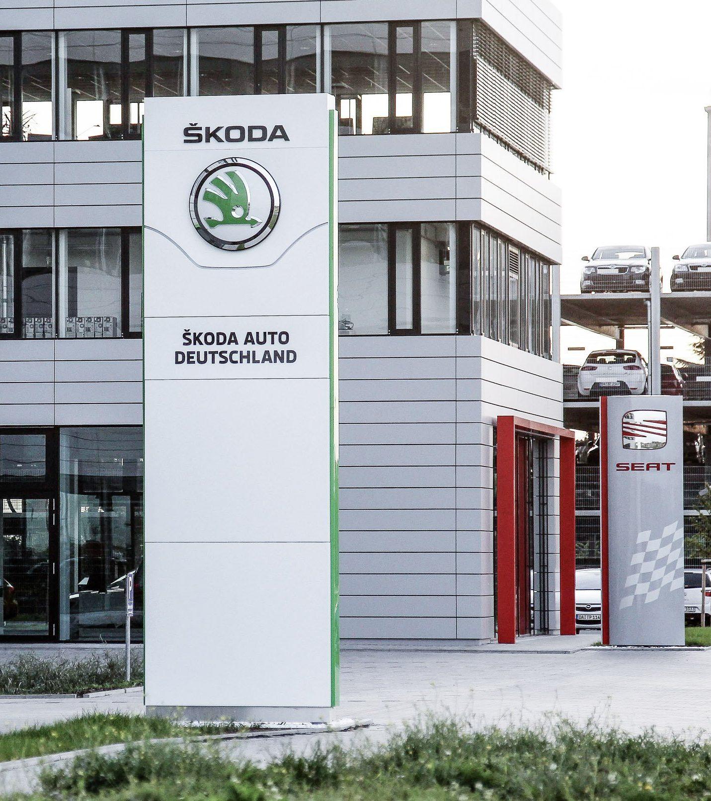 Automobilzentrale Rhein-Main - Außenansicht mit Eingängen und Stehlen