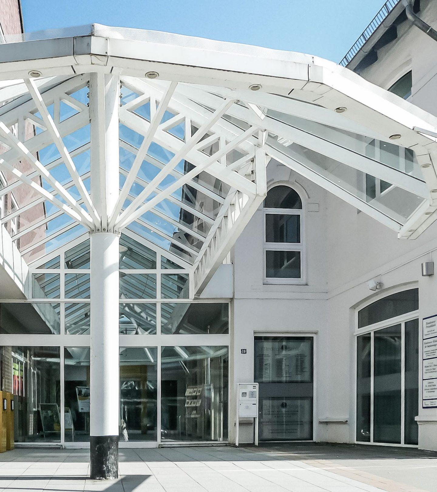 Bahnhofstraße Hamburg - Eingang mit Glasdach