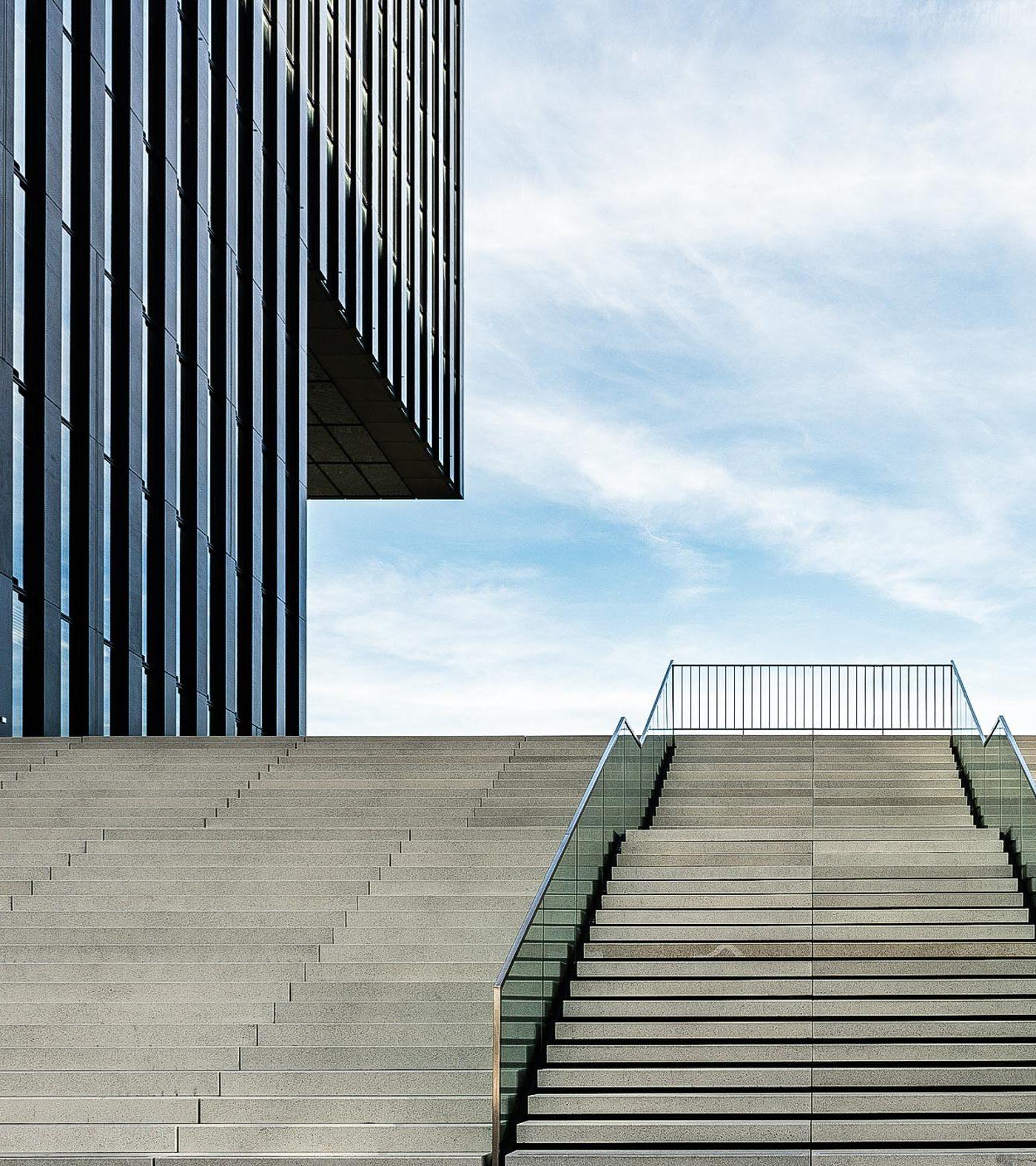 Treppenaufgang zum Hotel Hafenspitze Düsseldorf
