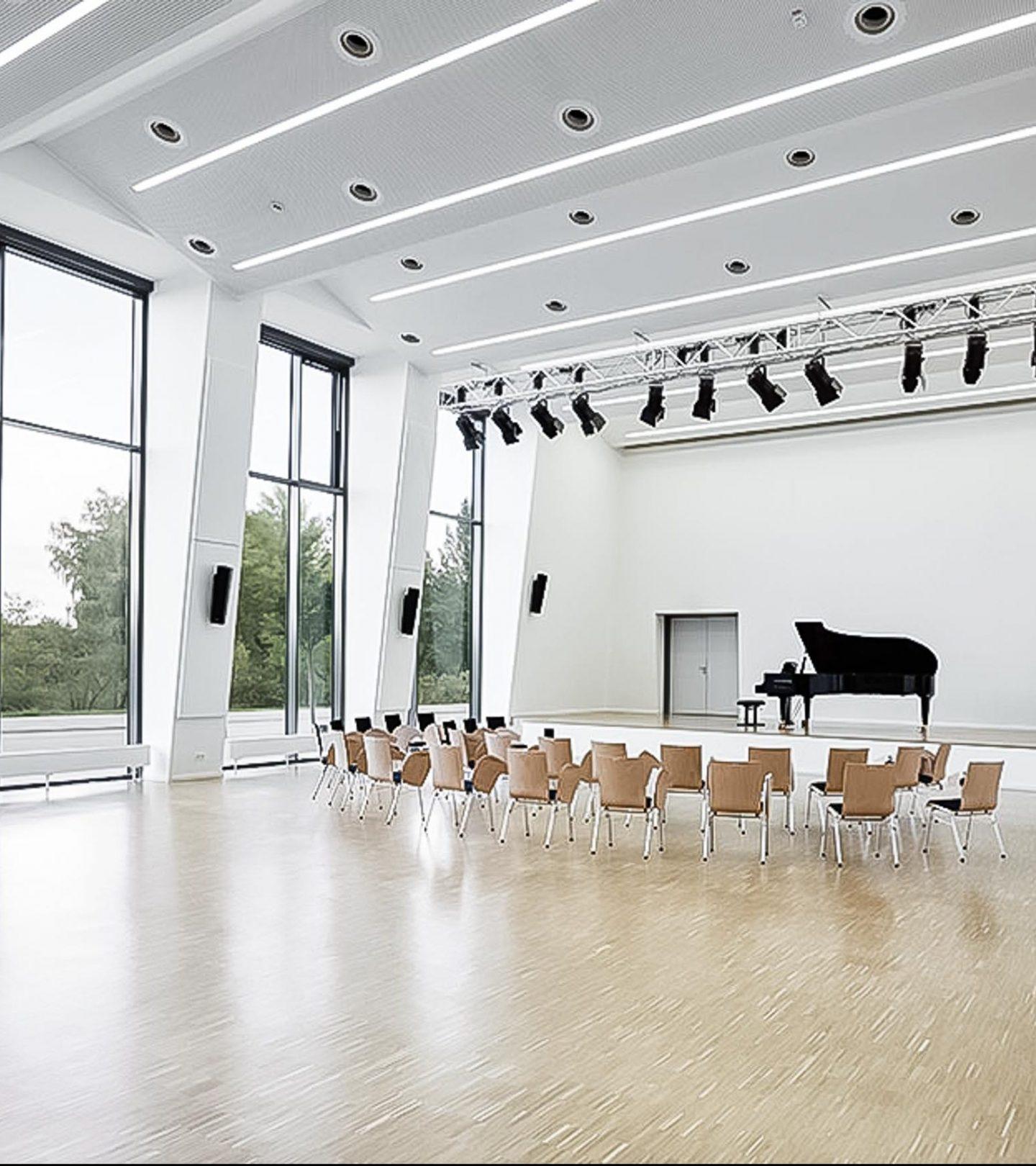Paribus Hochschulportfolio Bayern - Vorlesungssaal mit Klavier der Universität Bamberg