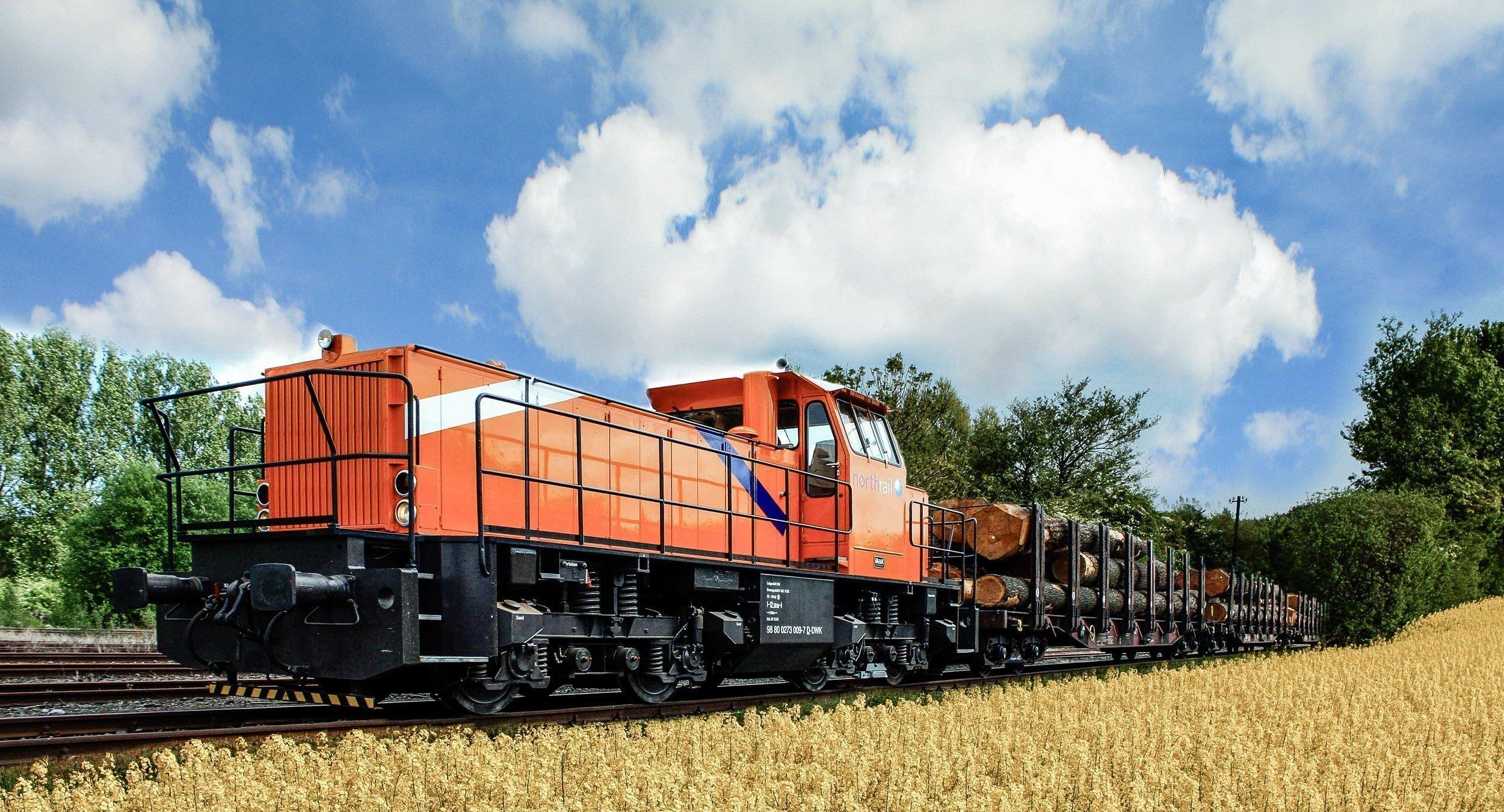 Paribus Rail Portfolio I - northrail-Lokomotive im Rapsfeld