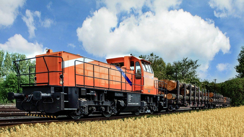 northrail-Lokomotive im Rapsfeld