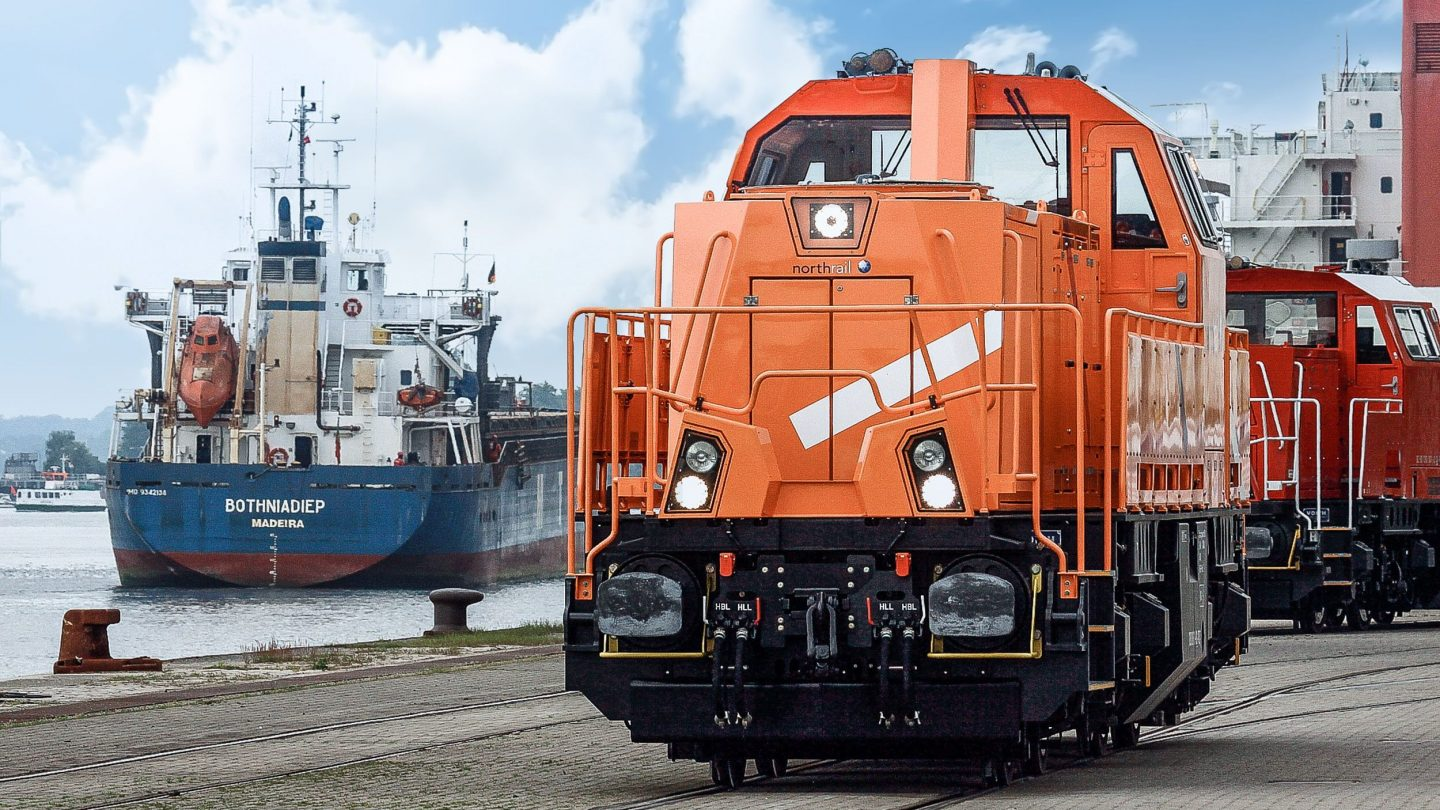 northrail-Lokomotive am Hafen