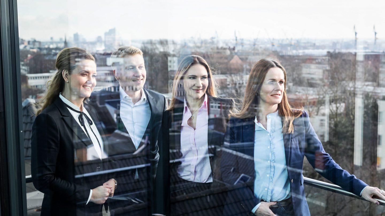 Paribus Treuhand-Geschäftsführerinnen und -Mitarbeiter auf der Dachterrasse