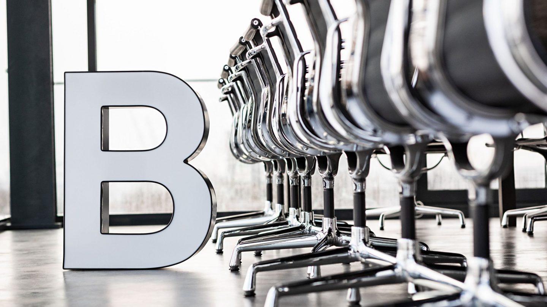 """Buchstabe """"B"""" im Konferenzraum der Paribus-Gruppe"""