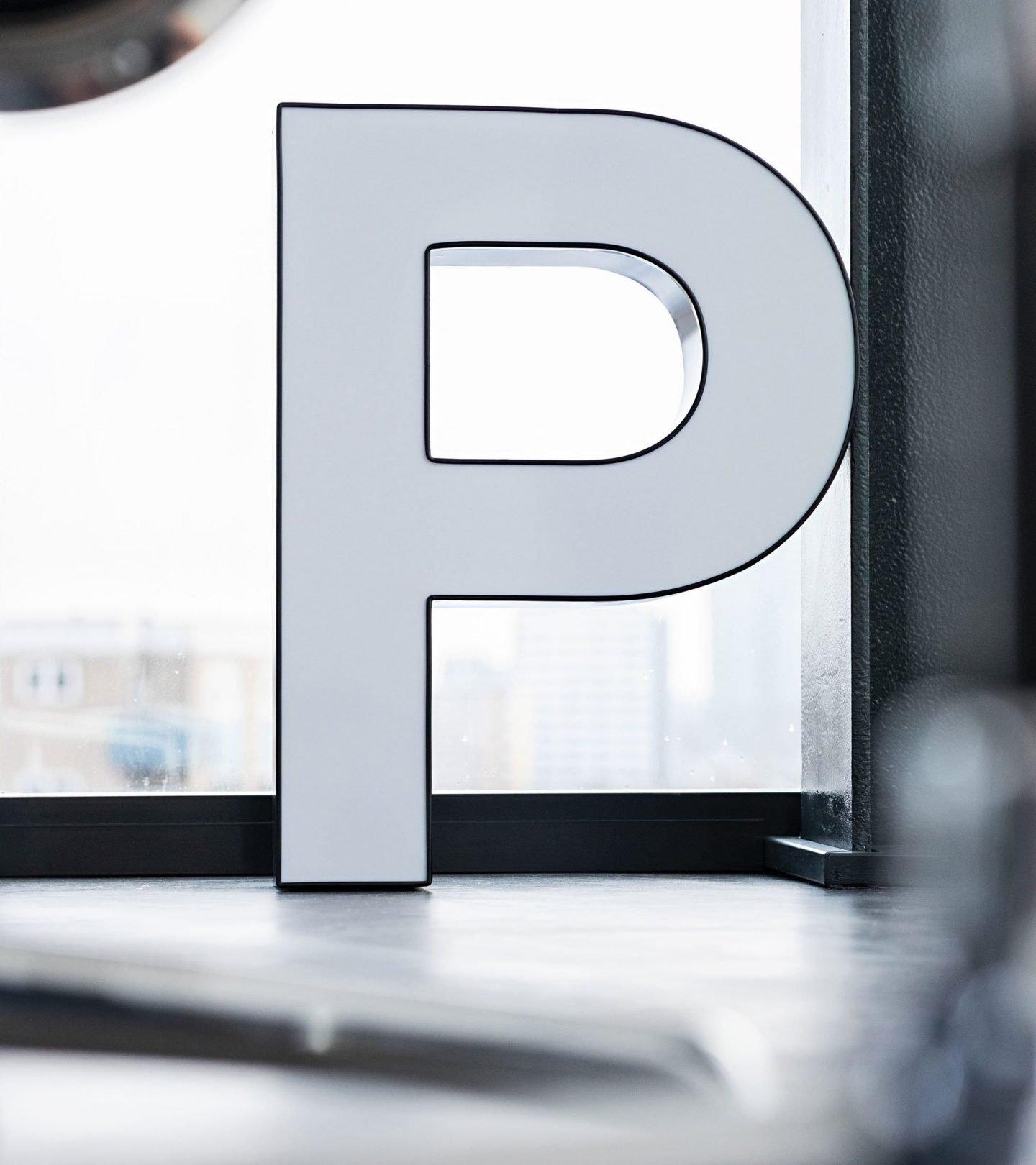 """Buchstabe """"P"""" im Konferenzraum der Paribus-Gruppe"""