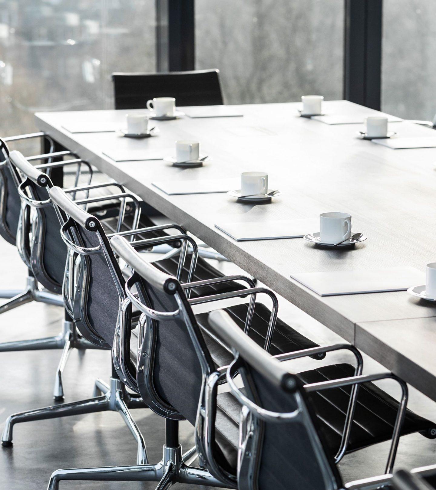Eingedeckter Konferenztisch im Unternehmenssitz der Paribus-Gruppe