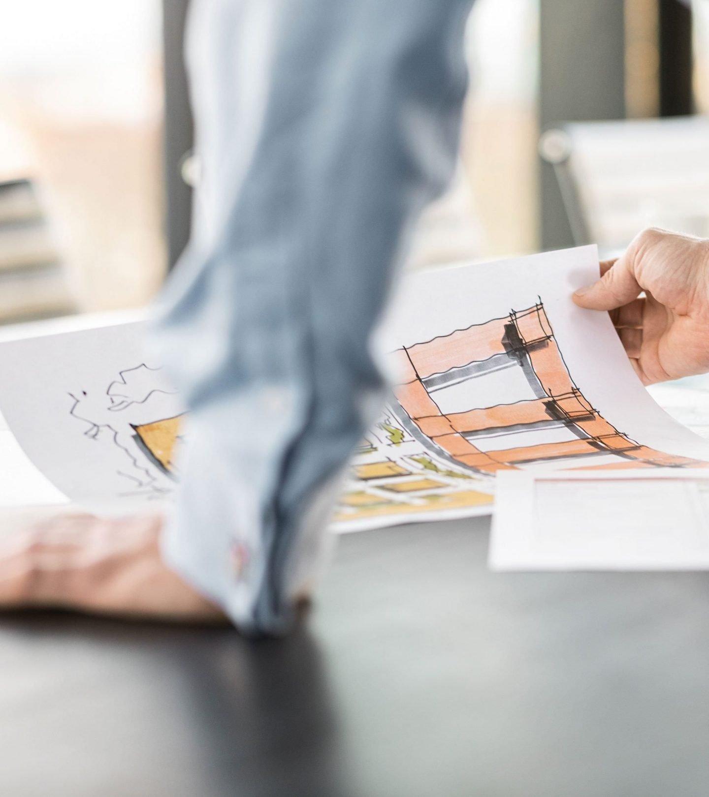 Architekturzeichnungen auf Konferenztisch