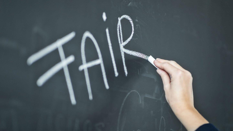 """""""Fair"""" geschrieben auf eine Kreidetafelwand"""
