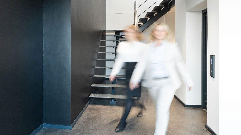 Paribus-Mitarbeiterinnen im 6. OG des Unternehmenssitzes der Paribus-Gruppe