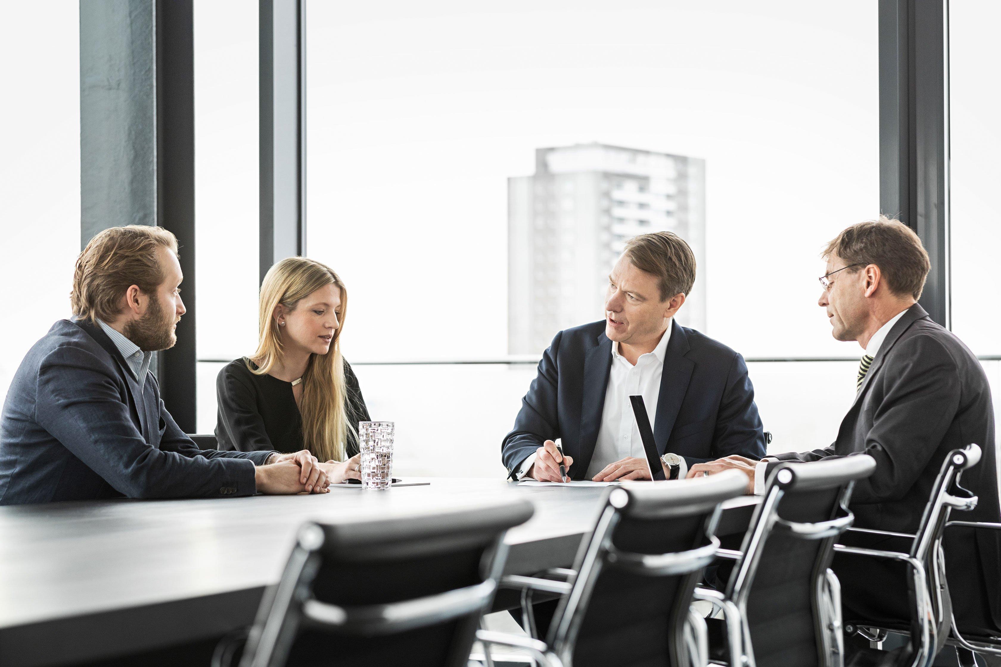 Geschäftsführer und Mitarbeiter der Paribus Kapitalverwaltungsgesellschaft im Gespräch