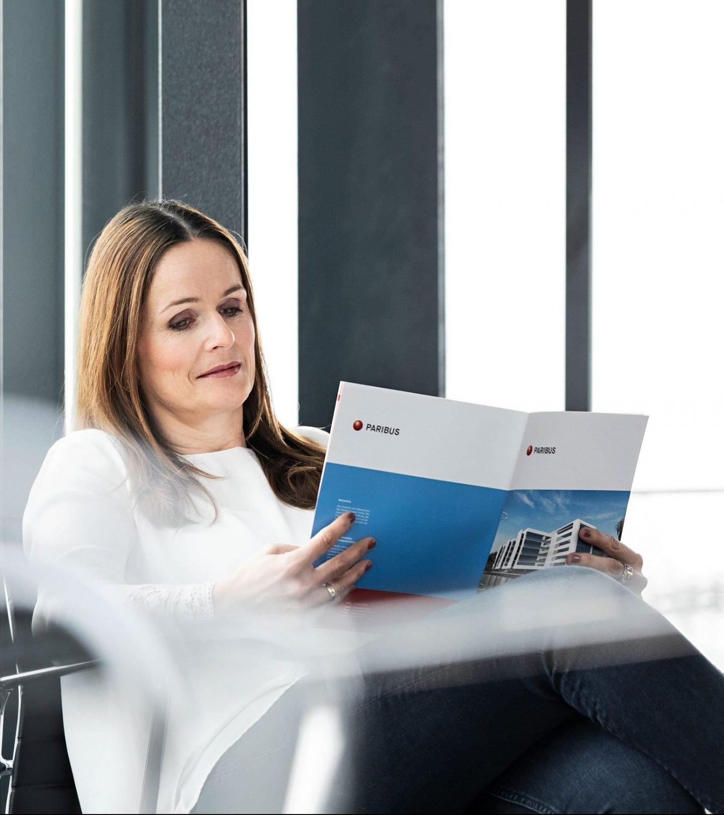 Treuhandmitarbeiterin mit Paribus-Fondsgeschäftsbericht