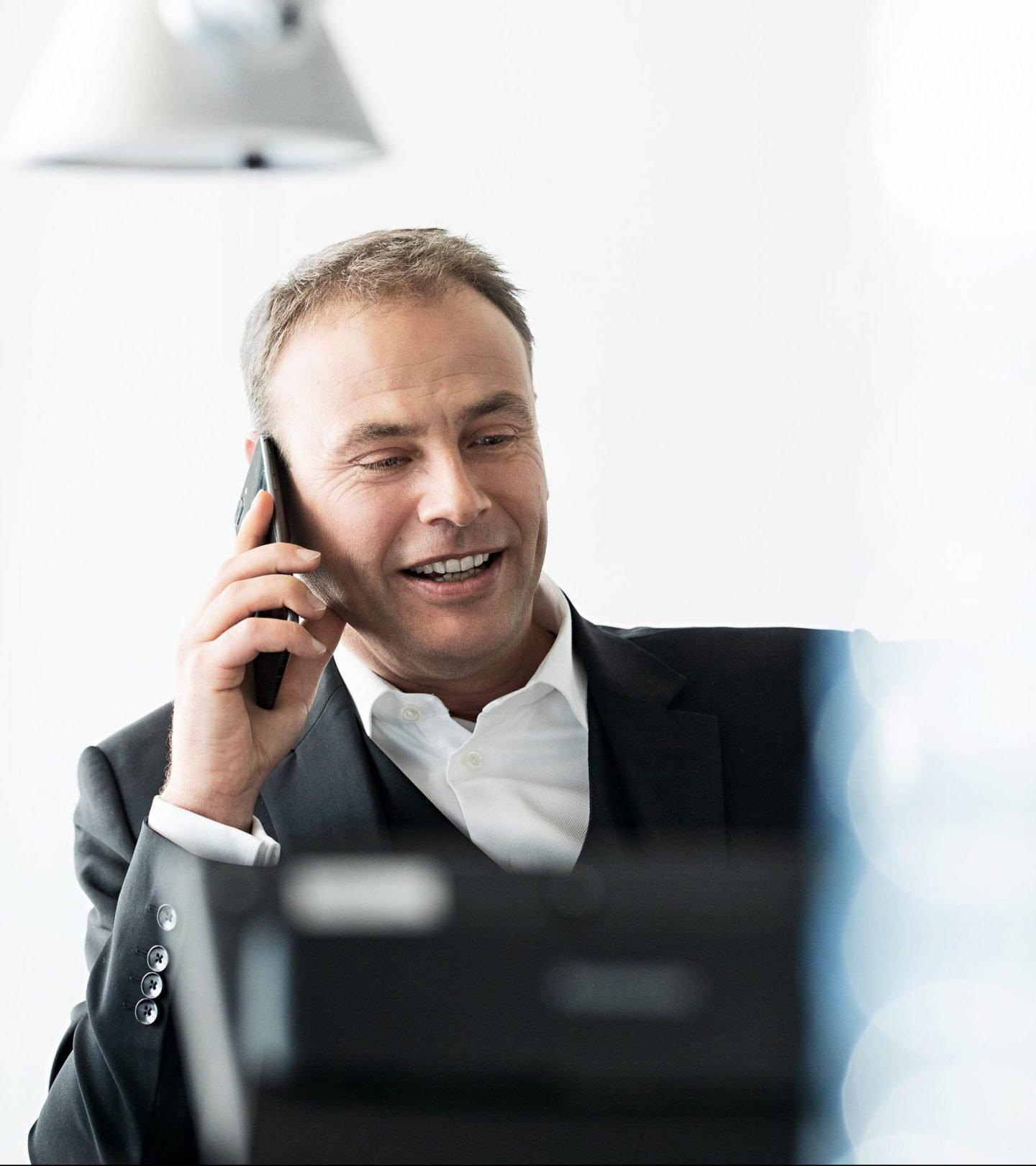Paribus-Mitarbeiter am Telefon