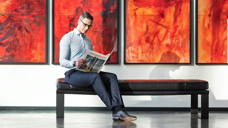 Lesende Person im Eingangsbereich