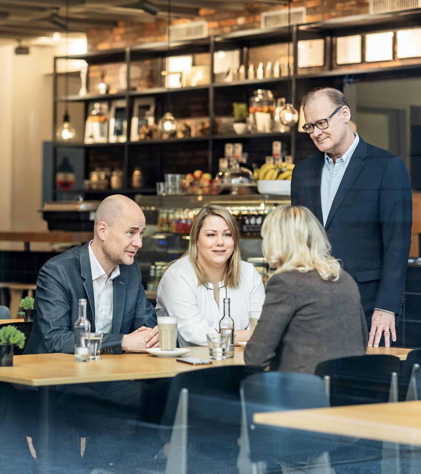 Paribus-Mitarbeiter im Café
