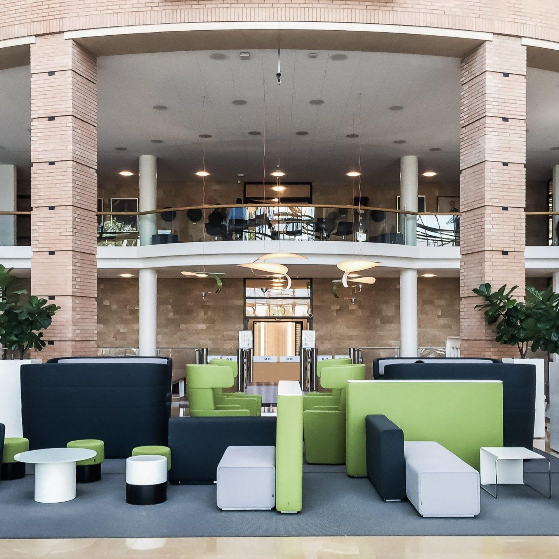 Provincialeweg Zaandam - Eingangsbereich mit verschiedenfarbigen Sitzmöglichkeiten