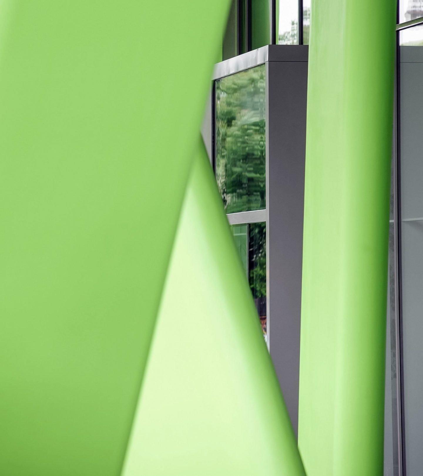 X-House Heidelberg - Detailaufnahme grüne Stehlen