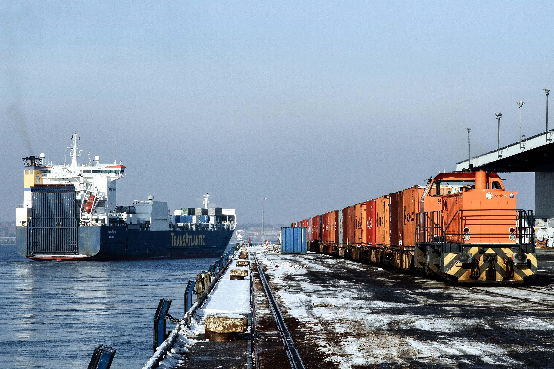 northrail-Lokomotive am Hafen