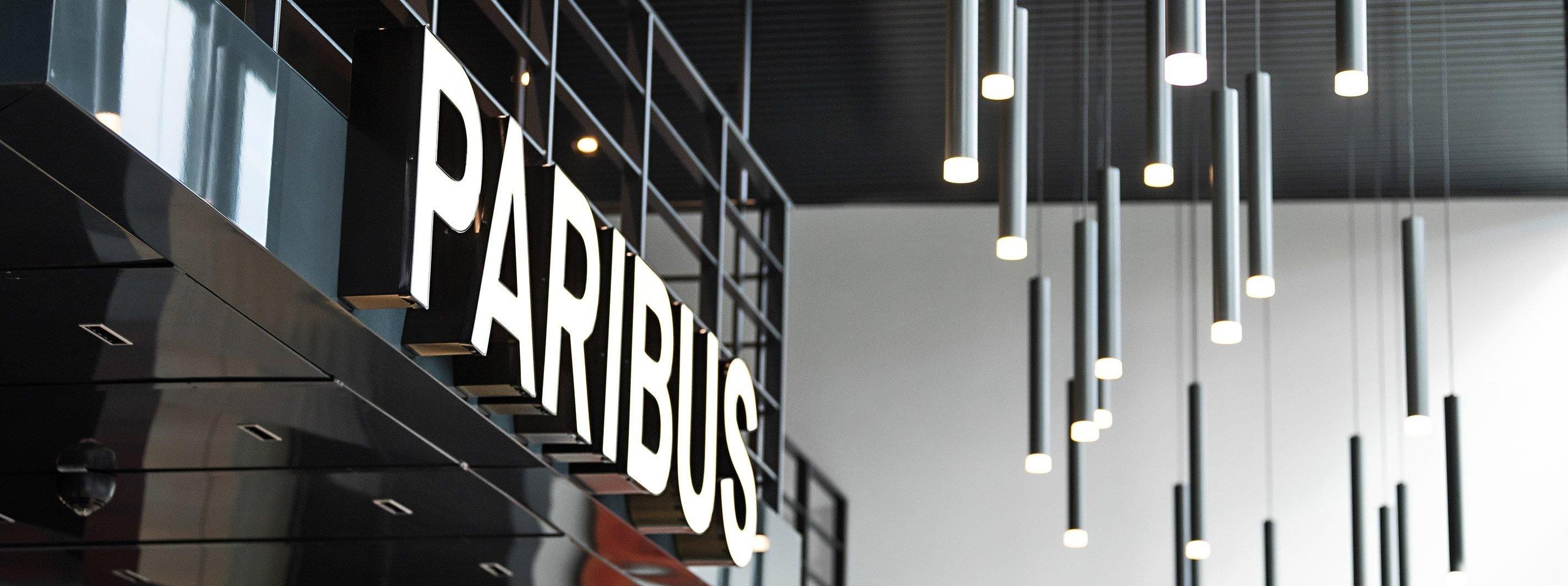 Paribus-Schriftzug am Empfang