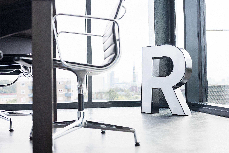 """Buchstabe """"R"""" im Konferenzraum"""