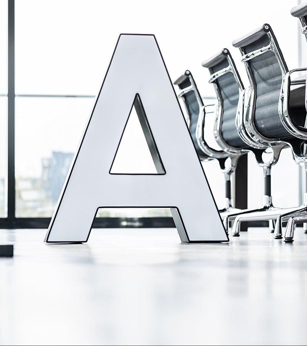 """Buchstabe """"A"""" im Konferenzraum"""