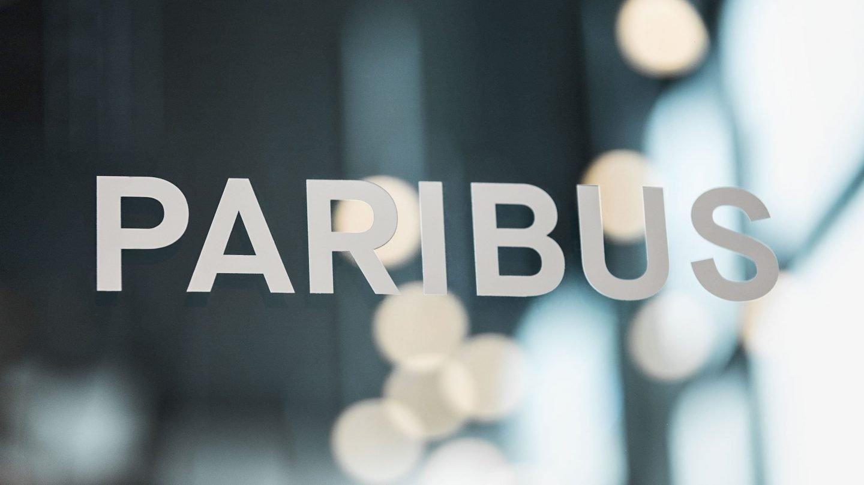 Paribus-Schriftzug im Eingangsbereich