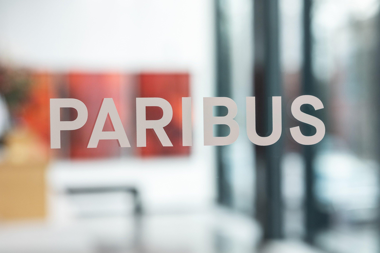 Paribus Schriftzug an Eingangstür zum Empfang