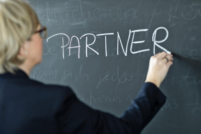 "Schriftzug ""Partner"" auf Kreidewand"