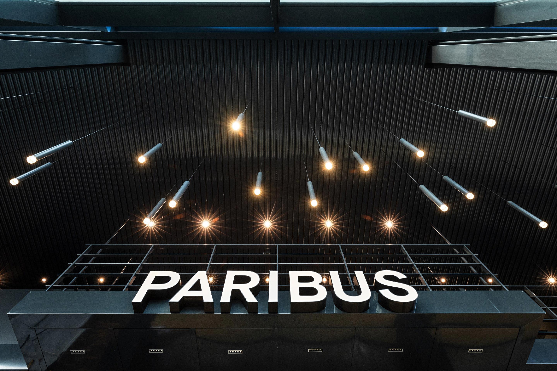 """Leuchtschrift """"Paribus"""" am Empfang"""