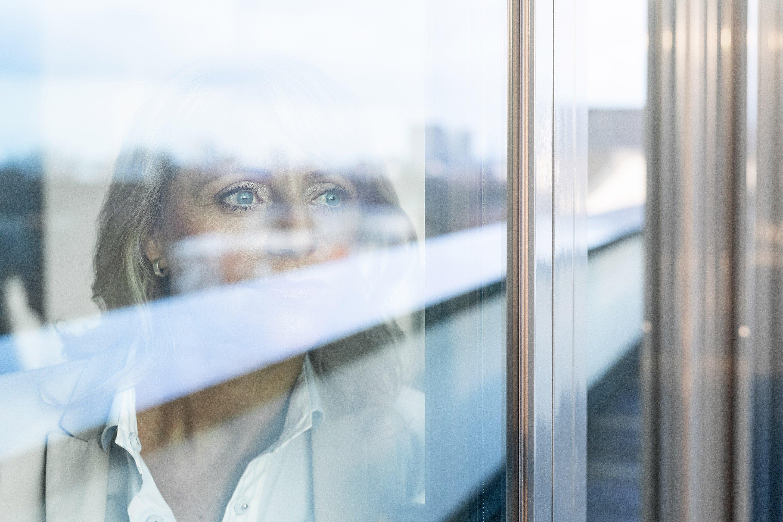 Paribus-Mitarbeiterin von außen durch Fensterscheibe