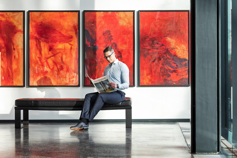 Lesende Person im Eingangsbereich der Paribus-Gruppe