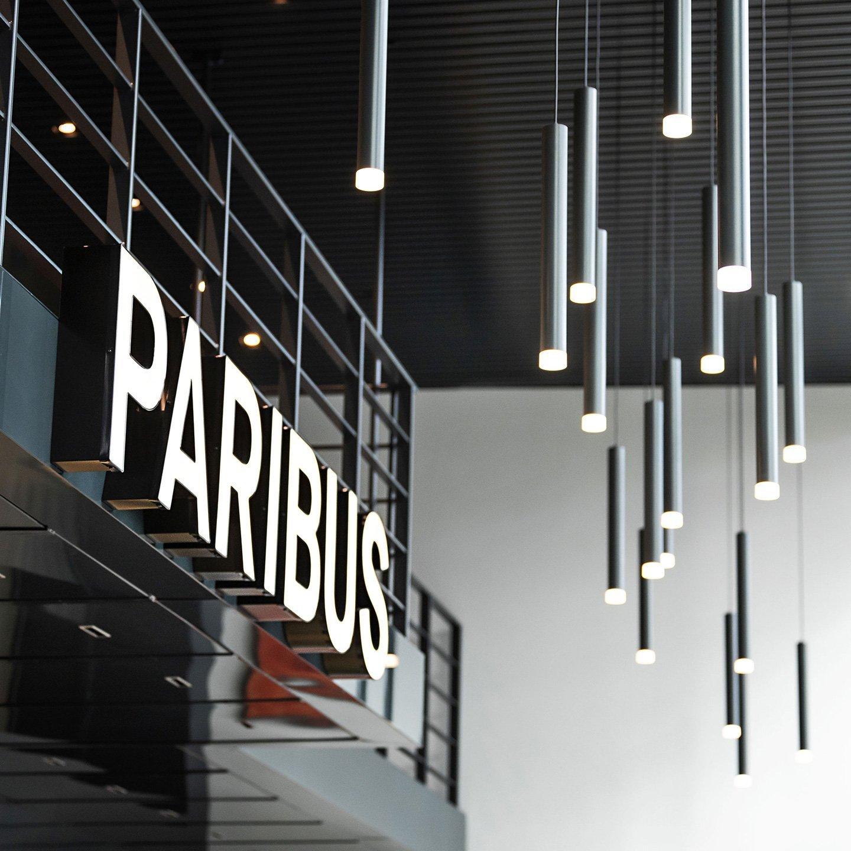 Paribus-Leuchtschrift am Empfang